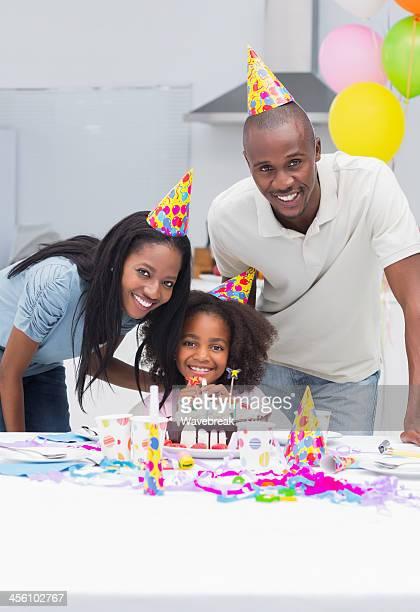 Eltern, die ihre Süße Tochter Geburtstag Lächeln am cam