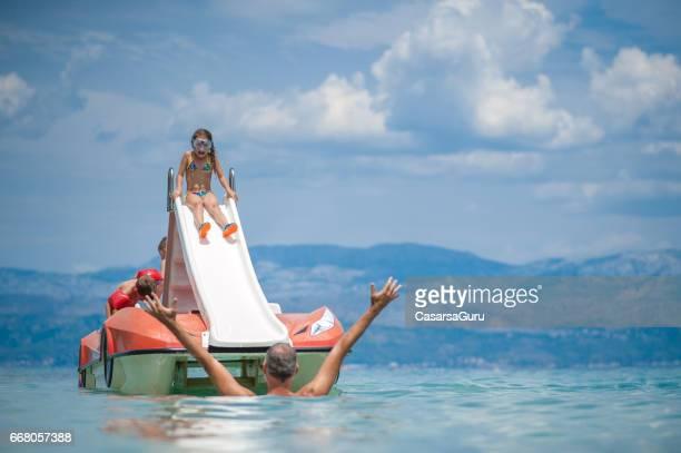 Eltern mit Kindern auf Tretboot Boot genießen