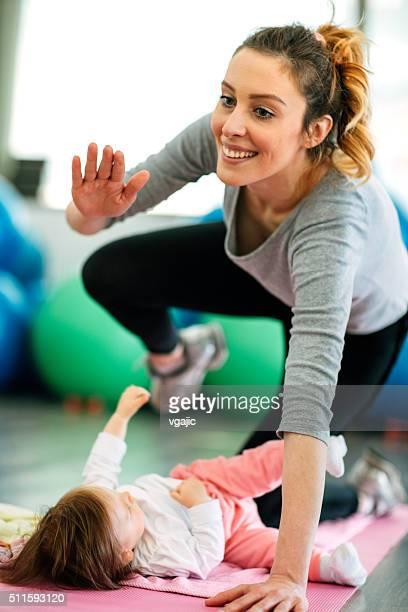 Eltern mit ihren Babys Training in einem Fitnessstudio