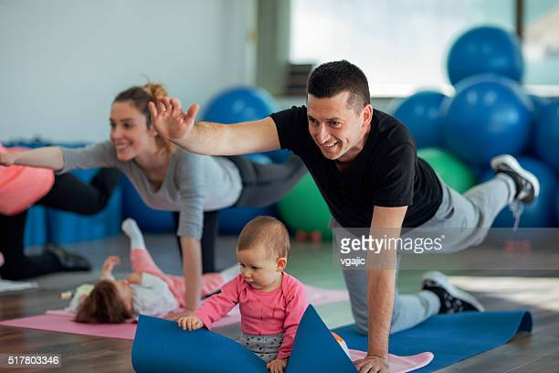 Padres hacer ejercicio con su bebé en un gimnasio