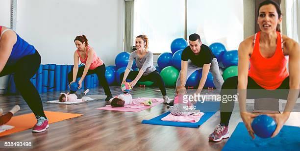 Parents avec leurs bébés de l'exercice dans la salle de Gym