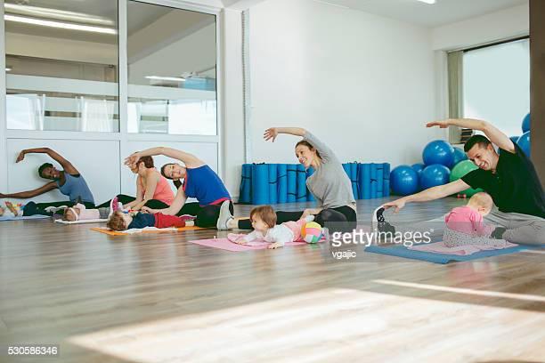 Parents faire de l'exercice avec leur bébé dans une salle de sport