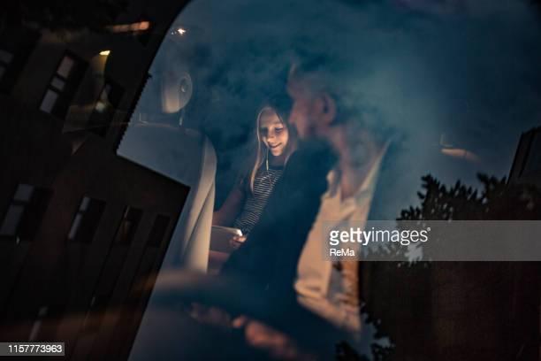 両親は娘と一緒に家に帰る - エウロパ ストックフォトと画像