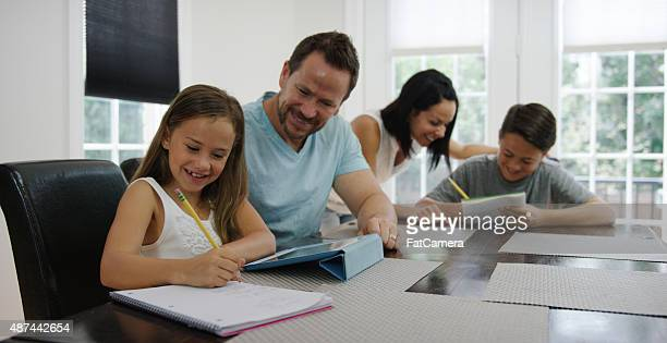 Parents aident Childrden étude sur le week-end