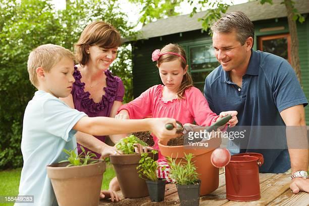 Parents aident les enfants Plantation Jardin d'herbes aromatiques