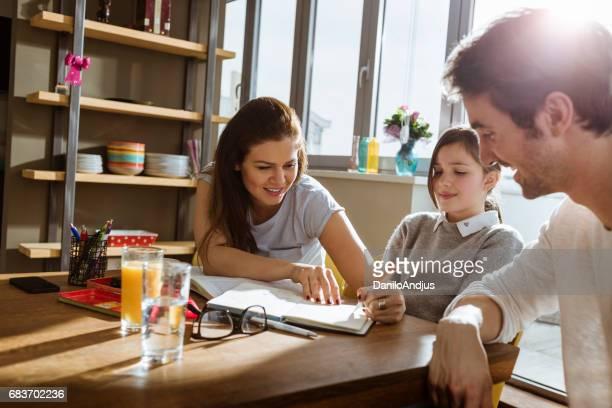 föräldrar att hjälpa sin dotter med studier