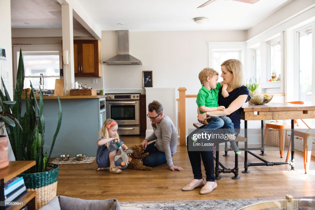 Parents in kitchen together with son and daughter : Stock-Foto