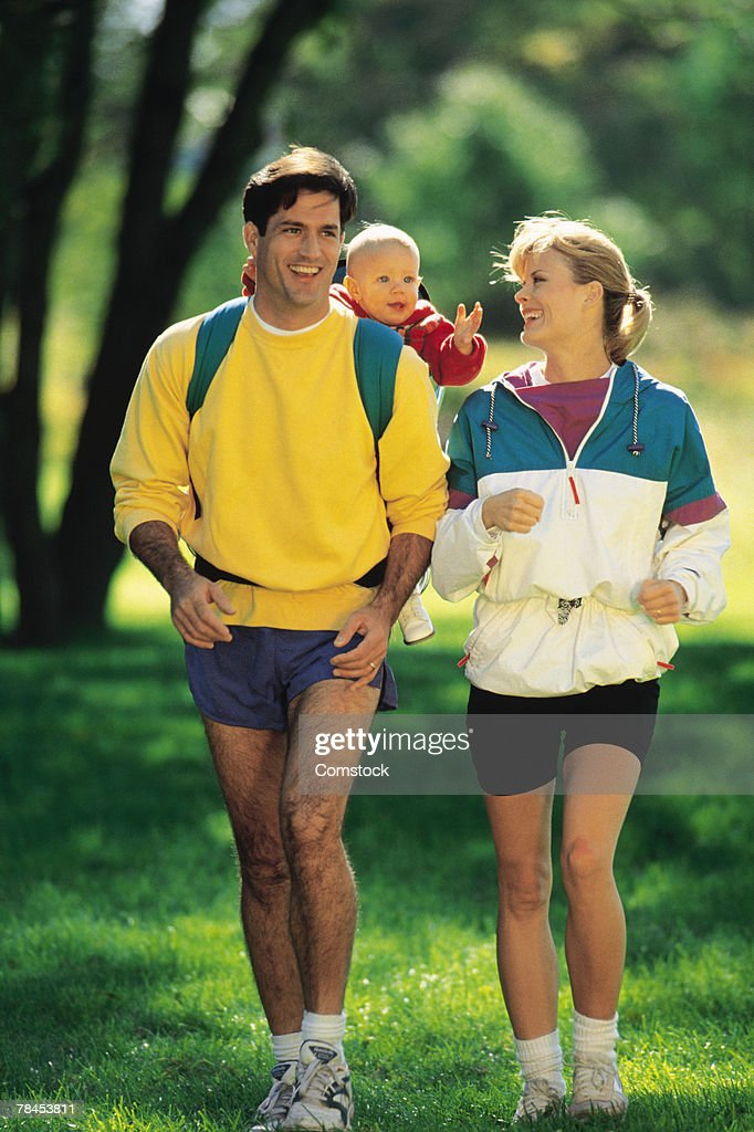 Parents jogging with baby : Stockfoto