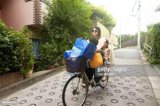 両親は自転車に乗って