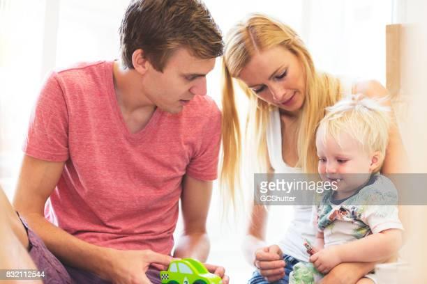 両親が週末に彼らの幼児と一緒に時間を過ごす