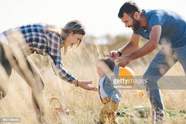 pais a ensinar seu filho a andar - primeiros passos - fotografias e filmes do acervo