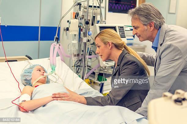 Eltern mit kleinen Sohn im Krankenhaus besuchen