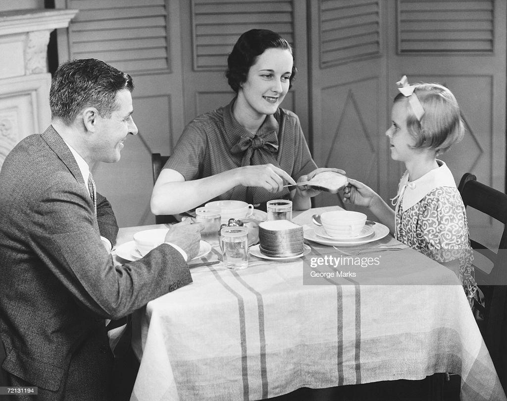 Parents avec fille (8 et 9), manger le petit déjeuner à la maison (B & W : Photo