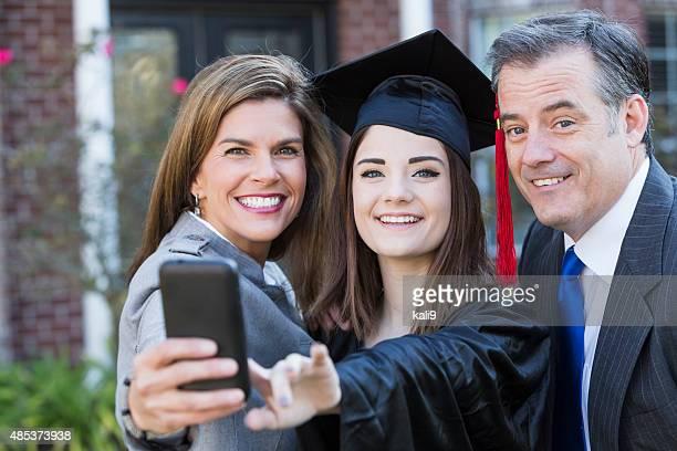 Eltern und Tochter Schülern in Abschlussfeier-Talar