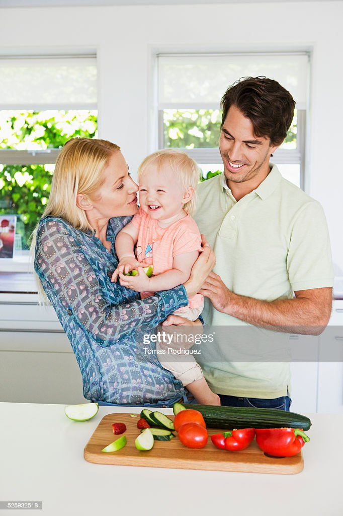 Parents with daughter (12-23 months) in kitchen : Stock-Foto