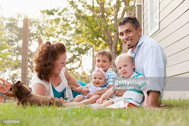 parents with kids (1-6 months, 2-4 years) on grass - 25 29 years stock pictures, royalty-free photos & images