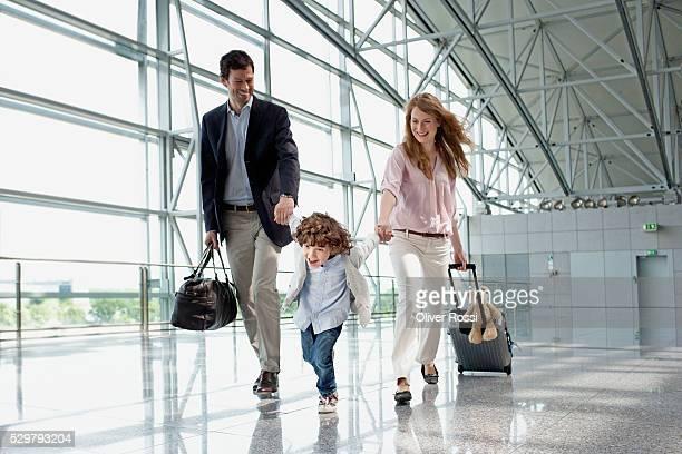 parents with son (5-6) at airport - kid in airport stock-fotos und bilder