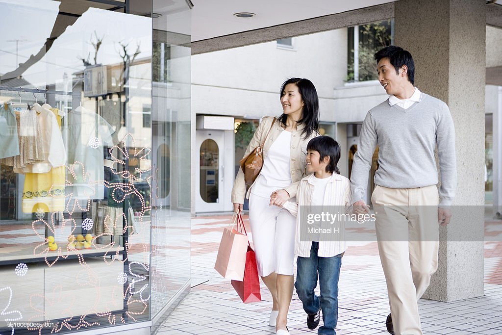 Parents with son (6-7) in shopping mall : Stockfoto