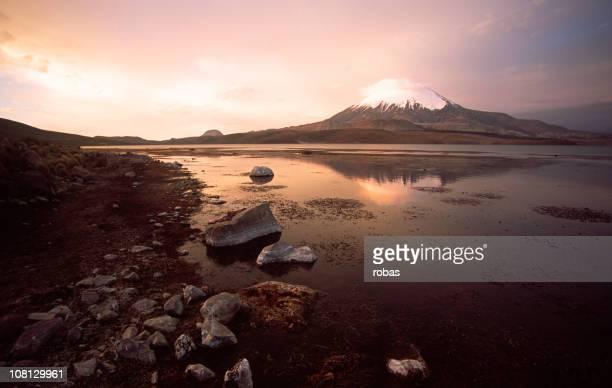 Volcán Parinacota, reflejado en lake, al atardecer