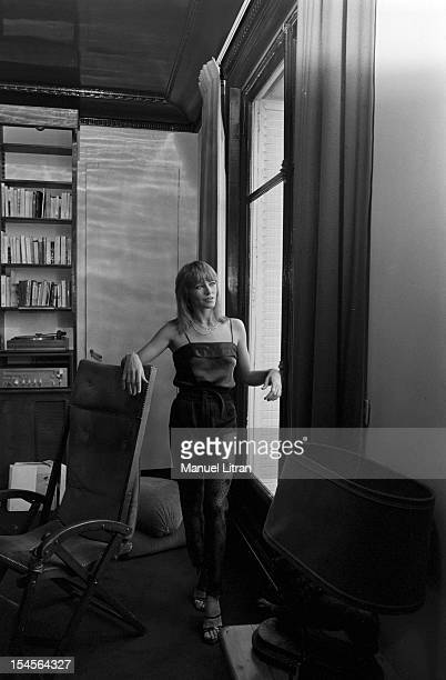 Paris 10 November 1978 the actress Nathalie Delon in his apartment In the lounge Nathalie Delon poses at the window