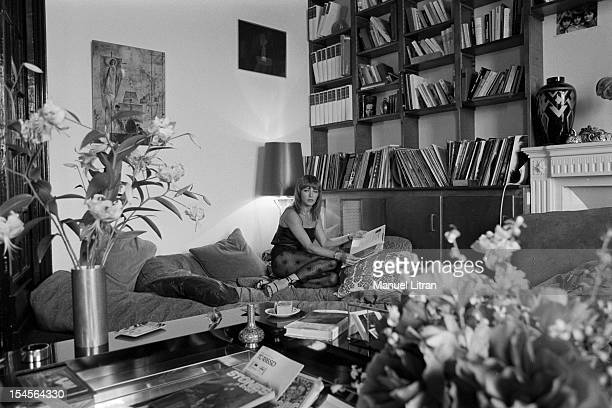 Paris 10 November 1978 the actress Nathalie Delon in his apartment In the living room she asks sitting on the sofa