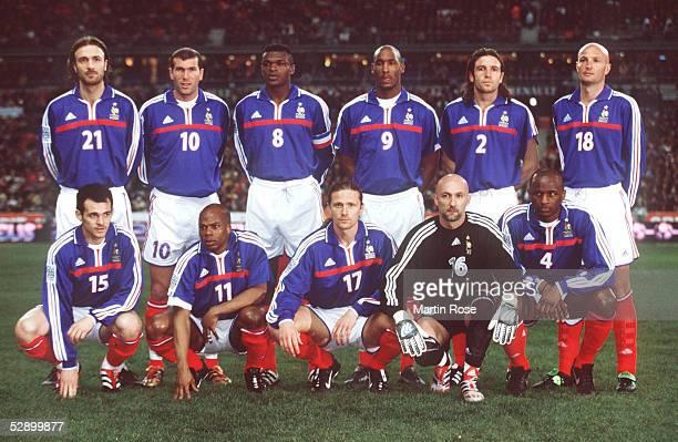 FUSSBALL LAENDERSPIEL 2001 Paris 2702 01 FRANKREICH DEUTSCHLAND 10 hintere Reihe vlks Christophe DUGARRY Zinedine ZIDANE Marcel DESAILLY Nicolas...