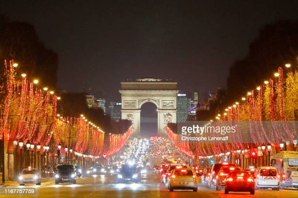 paris, 8th arrondissement. champs elysees avenue at night and arc de triomphe. christmas illuminations 2018. cars on the avenue. - champs elysees quarter stock pictures, royalty-free photos & images