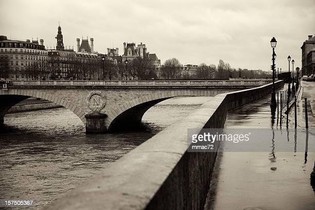 Le long de la Seine, à Paris en prévision des mauvais jours