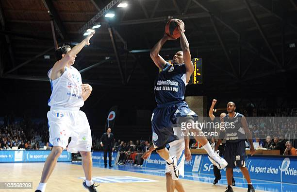 Paris' Andrew Albicy tries to score next to Poitiers's Cedric Gomez during their French proA basketball match Poitiers vs ParisLevallois on October...