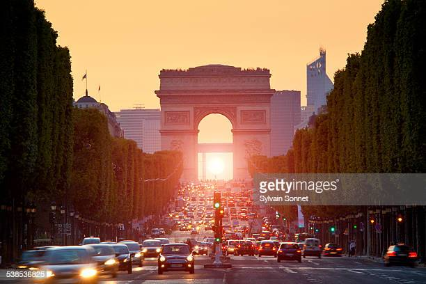 paris, arc de triomphe at sunset - paris france stock pictures, royalty-free photos & images