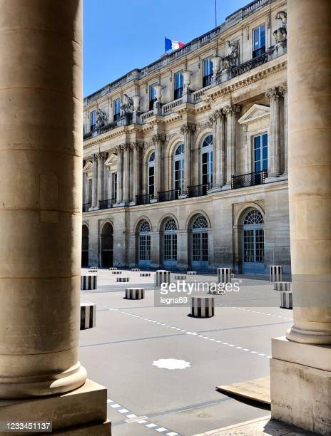 paris : buren columns ( colonnes de buren ) without people, in the palais royal courtyard - colonnes de buren photos et images de collection