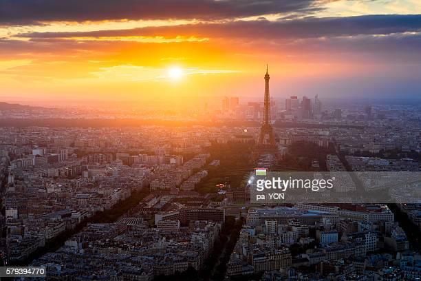 paris city - zonsopgangen en zonsondergangen stockfoto's en -beelden