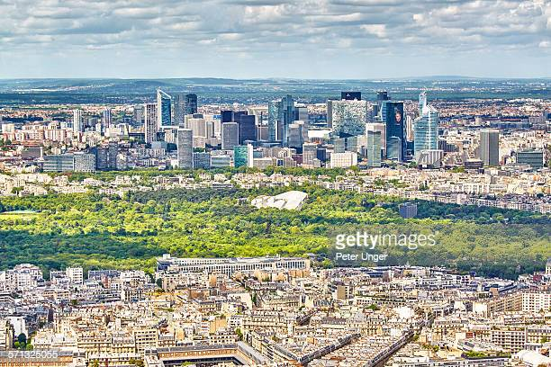 paris city view of la defense financial district - etalement urbain photos et images de collection