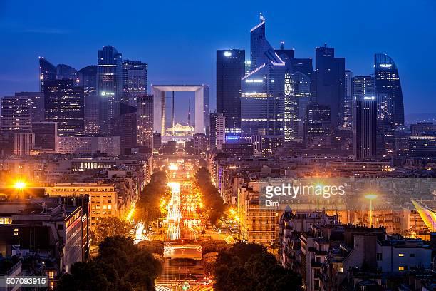 Vue sur La ville de Paris et de La défense du quartier financier, au crépuscule