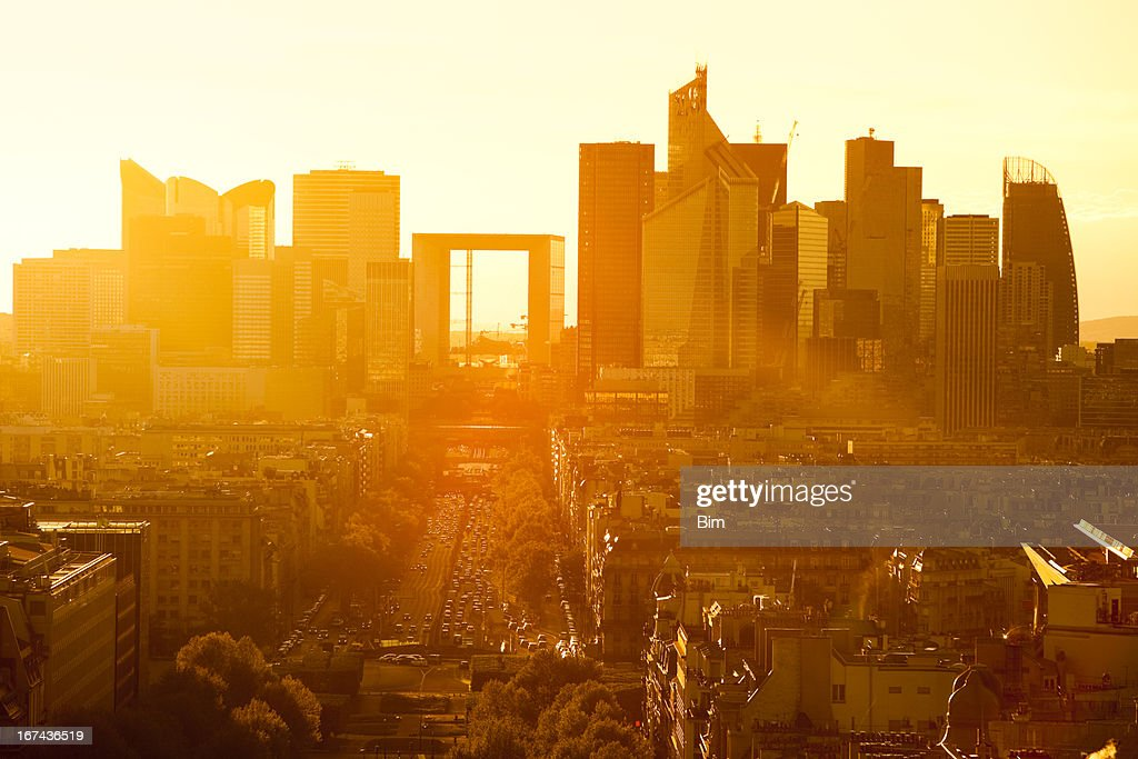 Paisagem Urbana de Paris ao pôr do sol com La Défense, França : Foto de stock