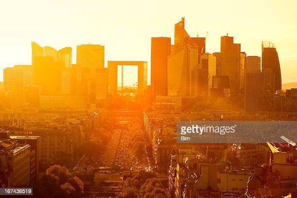 Paris Cityscape contre coucher de soleil avec La défense, en France