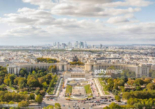 paris cityscape including the palais de chaillot, trocadero and the high rises of downtown paris - トロカデロ地区 ストックフォトと画像