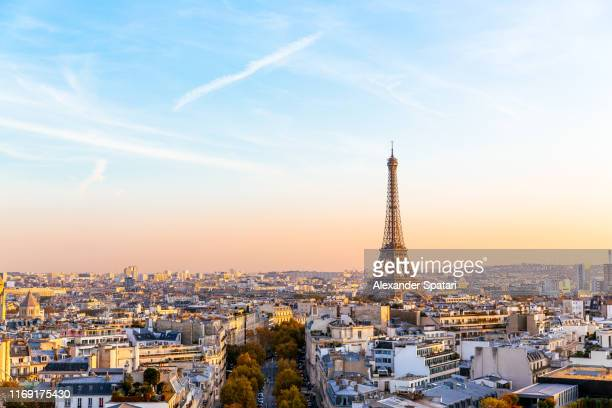 paris cityscape with eiffel tower at sunset, ile-de-france, france - paris stockfoto's en -beelden