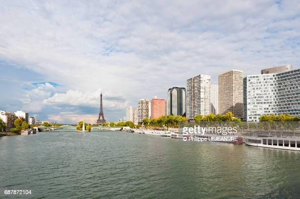 paris - eiffel tower - river seine and buildings with clouds on - fluss seine stock-fotos und bilder