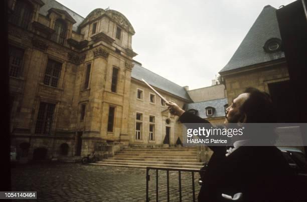 Salvador Dali a accepté pour Paris Match de jouer au reporter pour traduire en image le Paris et le Barcelone qu'il aimait Il a voulu célébrer des...