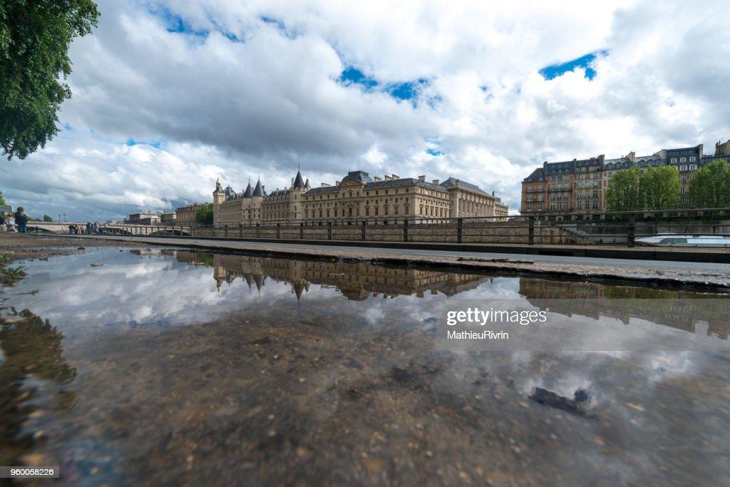 Paris et la Conciergerie : Mirror and blue sky : Stock-Foto