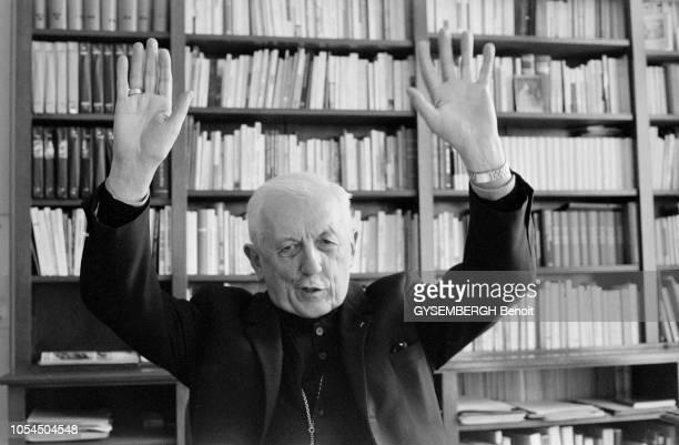 Paris France 10 mars 1978 Mgr François MARTY cardinalarchevêque de Paris interviewé dans son bureau Ici levant les bras en l'air