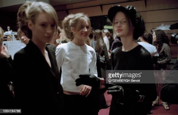 Paris France 10 mars 2003 Backstage de la collection Chanel par Karl Lagerfeld Maquillage des mannequins Préparation des modèles qui seront présentés...