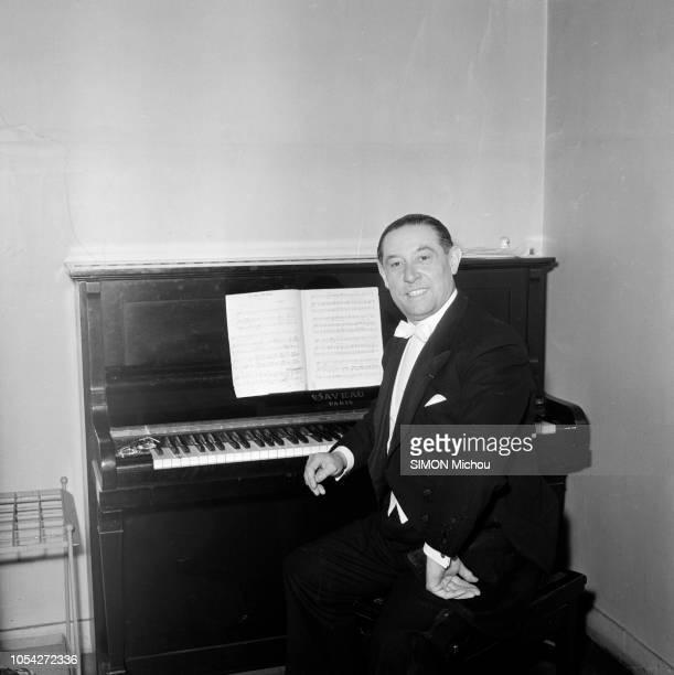 Paris France 12 juin 1952 Le ténor Georges THILL en concert à la salle Gaveau Ici posant assis devant le piano droit Gaveau de sa loge en queue de...