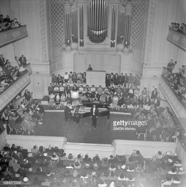 Paris France 12 juin 1952 Le ténor Georges THILL en concert à la salle Gaveau Vue plongeante sur la scène où se tient tient le ténor chantant...