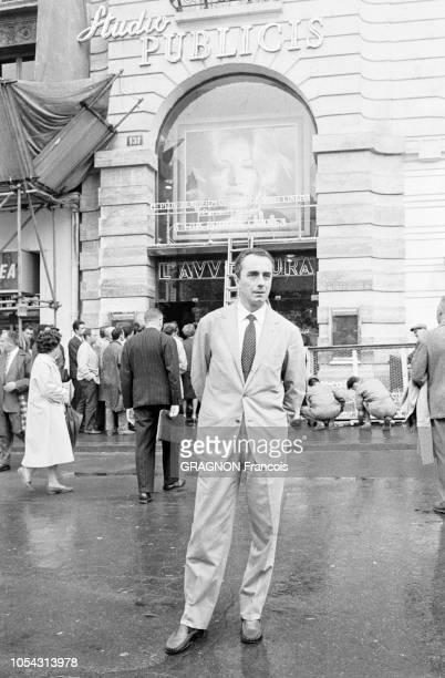 Paris France 13 septembre 1960 Le réalisateur italien Michelangelo ANTONIONI à Paris pour la sortie de son film L'Avventura dans un cinéma des...