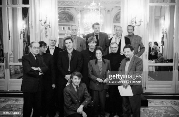 Paris France 15 février 2001 Remise des prix LouisHachette 2001 au Ritz Ici les lauréats du prix LouisHachette et les membres du jury posant ensemble...