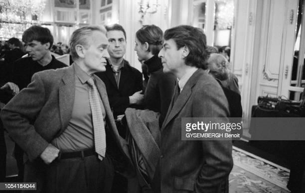 Paris France 15 février 2001 Remise des prix LouisHachette 2001 au Ritz Ici l'écrivain Philippe LABRO discutant avec le journaliste Alain GENESTAR...