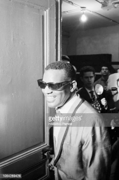 Paris France 18 mai 1962 Le pianiste et chanteur américain Ray CHARLES en concert à l'Olympia Ici rentrant dans sa loge avec le sourire et ses...