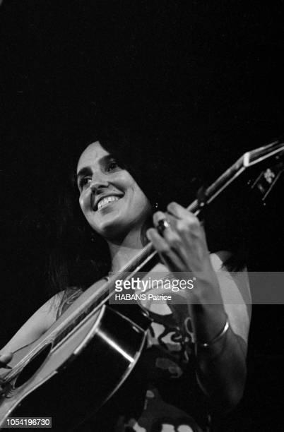 Joan BAEZ vedette du folksong américain a choisi le Palais de la Mutualité pour son unique récital en Europe Ici en contreplongée jouant de la...